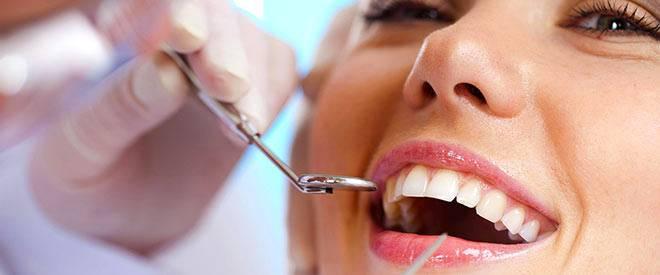 Девушка на отбеливании зубов