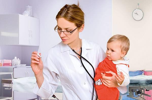 Врач - педиатр осматривает ребенка