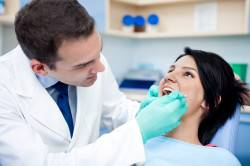 Осмотр стоматолога при шатании зубов