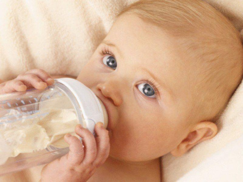 В ночное время слюноотделение слабее и не смывает частички молока с зуб, давая возможность оседать налету