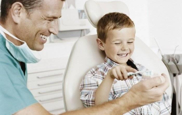 мальчик у стоматолога, помощь родителей при прорезывании новых зубов у ребенка