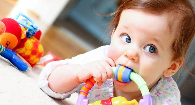 Мальчик грызет игрушку-прорезыватель
