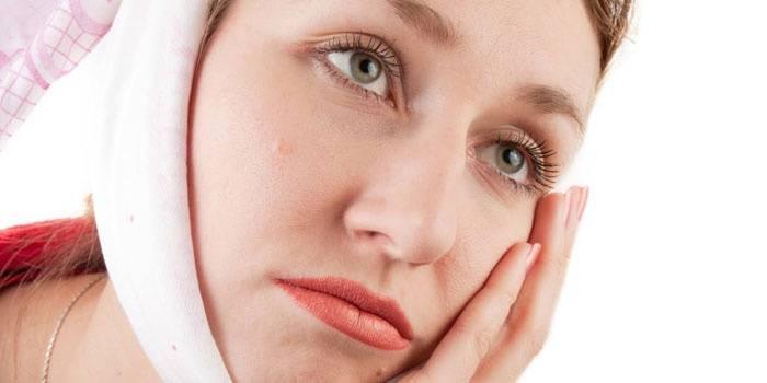Девушка с компрессом на щеке