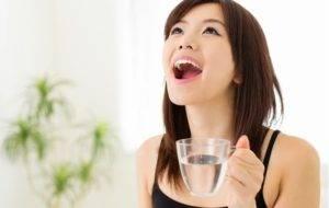 Девушка полощет рот
