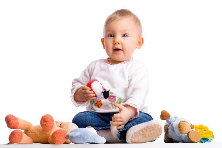 Ребенок и много игрушек