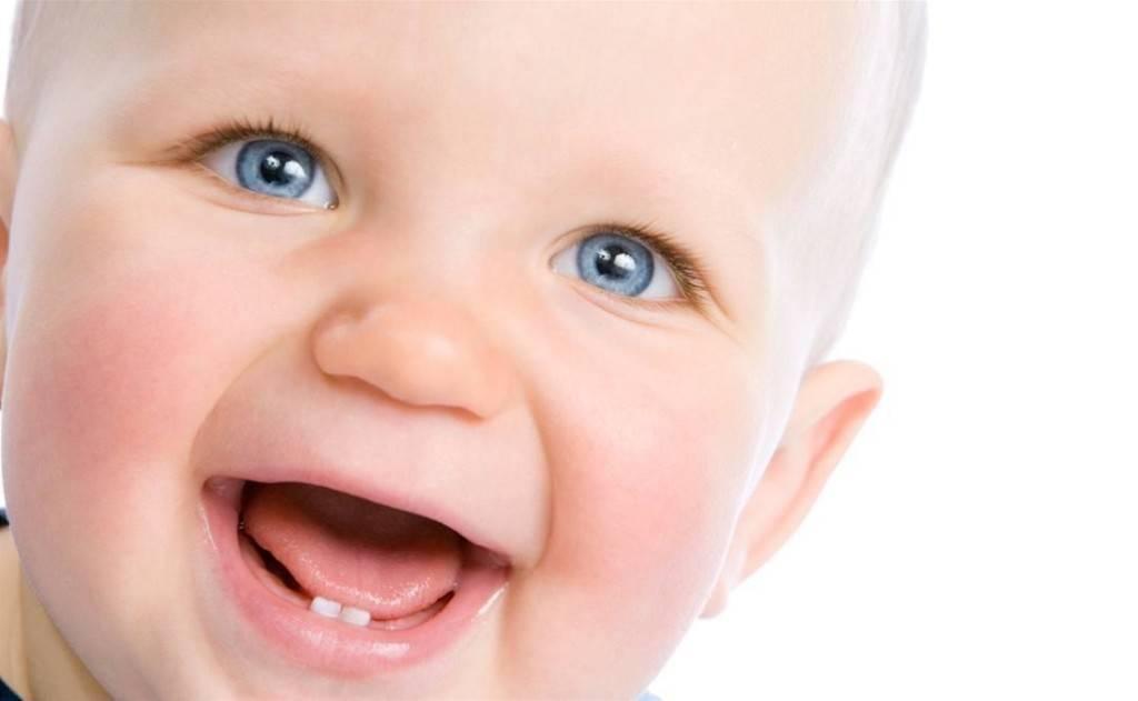 Смешной мальчик живо улыбается