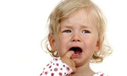 Шишка на десне у ребенка