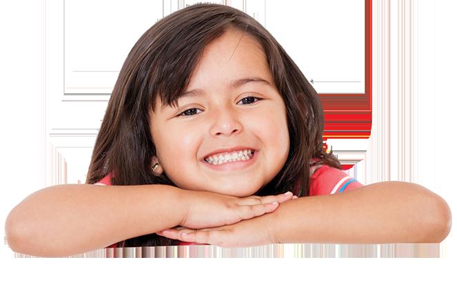 Девочка брюнетка широко улыбается