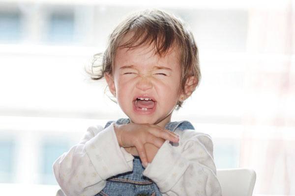 Малышка громко плачет и кричит