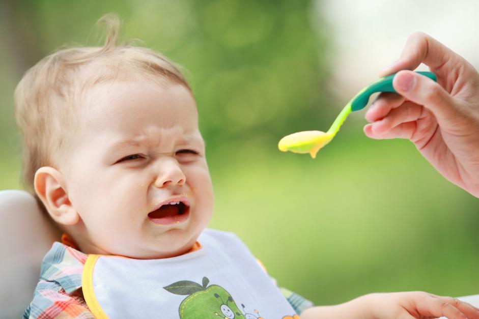 Во время прорезывания зубов ребенок может отказаться от еды.