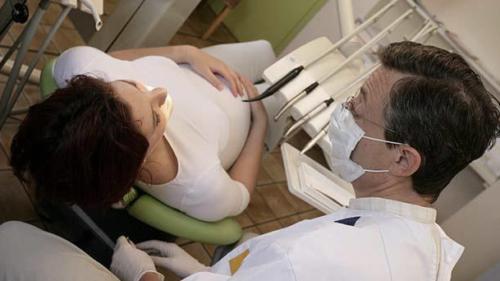 Можно ли удалять зуб мудрости при беременности в 3 триместре?