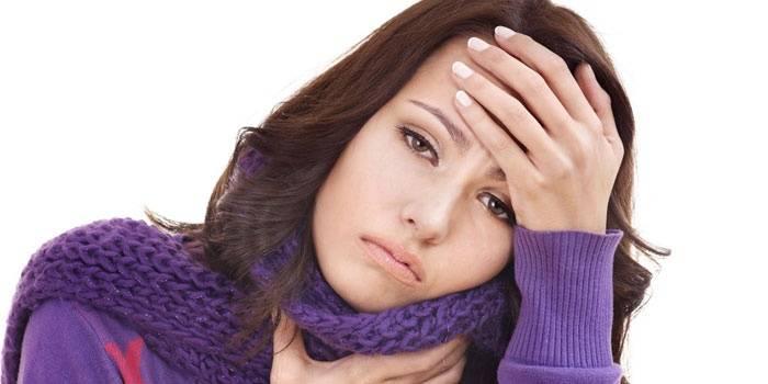 Боль в горле и температура у женщины