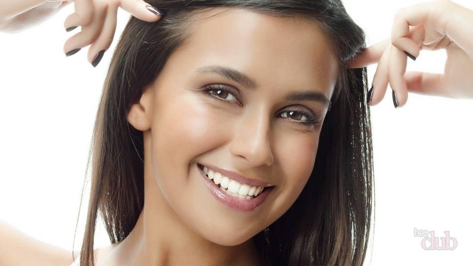 Девушка с красивой улыбкой и белыми зубами