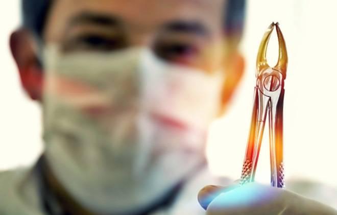 Сколько идет кровь после удаления зуба мудрости и как себе помочь