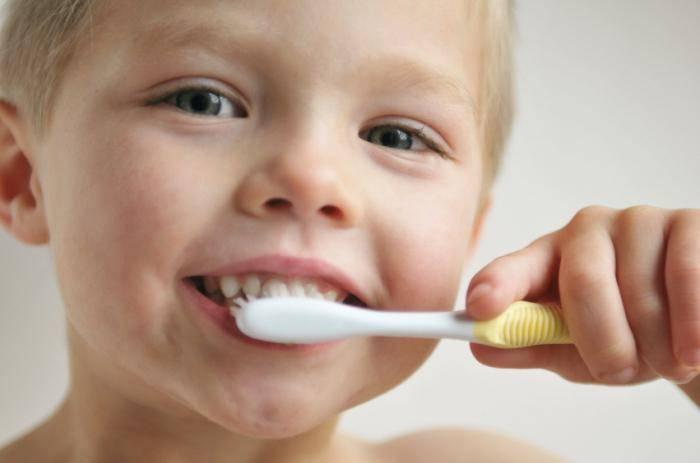 Мальчик держит зубную щетку