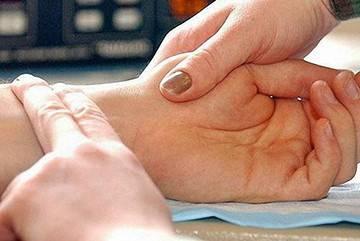 проверка пульса пациента