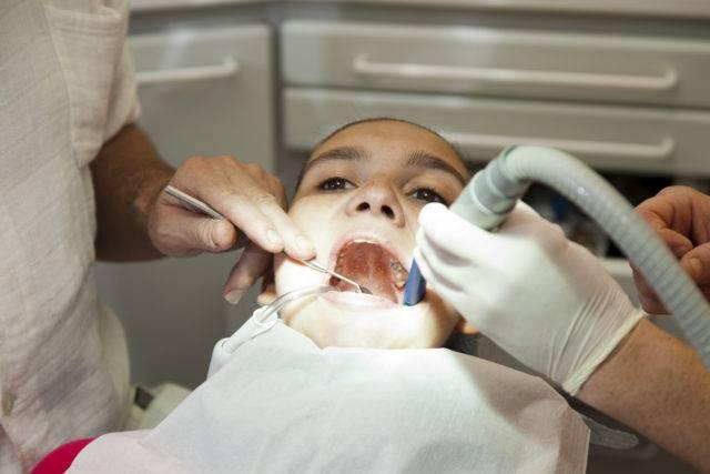 В целях устранения очага инфекции и недопущения распространения воспалительного процесса хирургом-стоматологом производится вскрытие гнойника