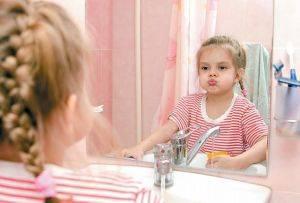 Девочка полощет рот