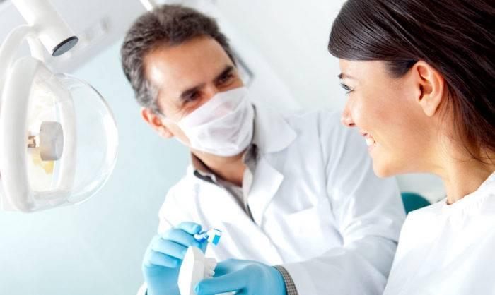 после операции имплантации зубов отекла сильно щека