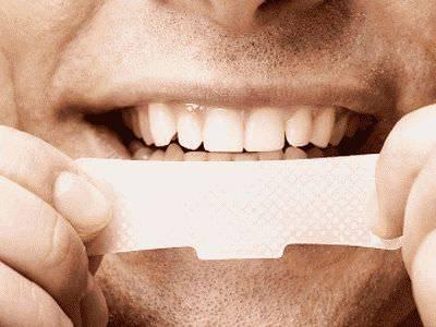 Используем наклейку для очистки зубов